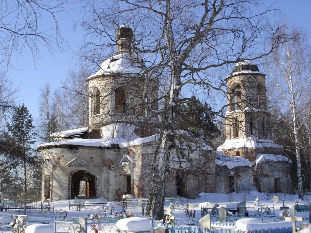 Евдский храм Вознесения влучах раннего солнца