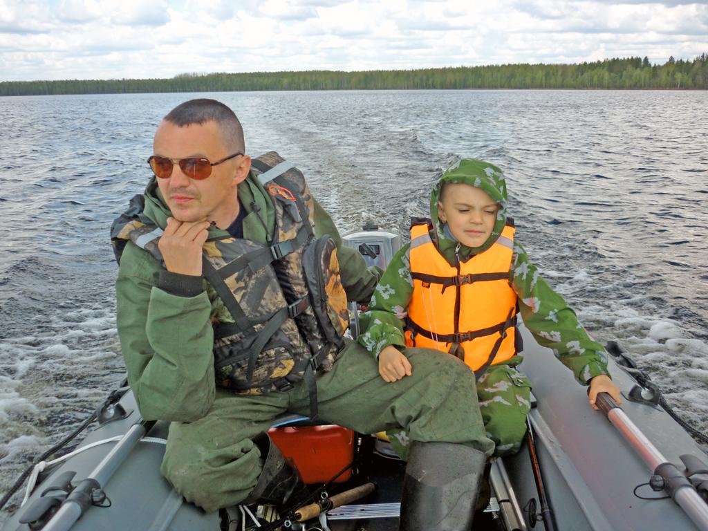 Муж Денис и сын Данила маму без присмотра на рыбалке не оставляют
