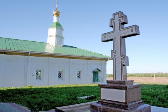Храм 12 апостолов. Возле храма установлен памятный крест жертвам Холмогорского лагеря принудительных работ.