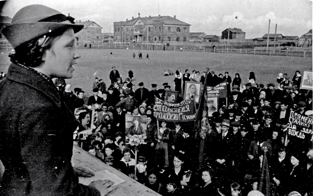 Выступление ученицы средней школы Лукиной на митинге, посвященном Международному юношескому дню. Ненецкий национальный округ, 1938 год