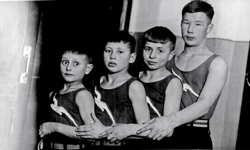 Акробаты Союза фото-киноработников братья Чувакины — участники II областной Олимпиады, г. Архангельск, 1938 год