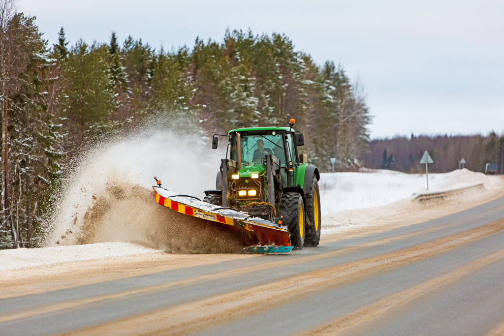 Предприятие нетолько чистит зимние дороги, ноисамо производит противогололедные реагенты