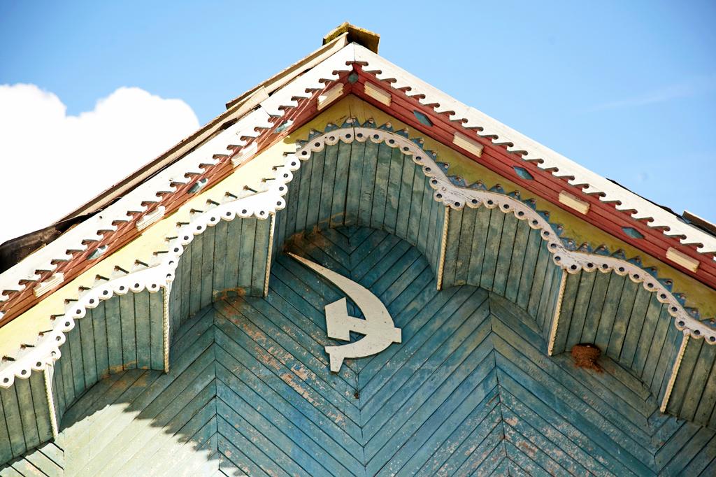 Село Усть-Поча— это бывший крупный леспромхоз. Всередине прошлого века люди здесь жили заготовкой исплавом леса. Теперь это заповедник советской деревянной архитектуры. Ееприметы здесь повсюду: вдеталях зданий клуба, сельповских магазинов, сплавконторы.