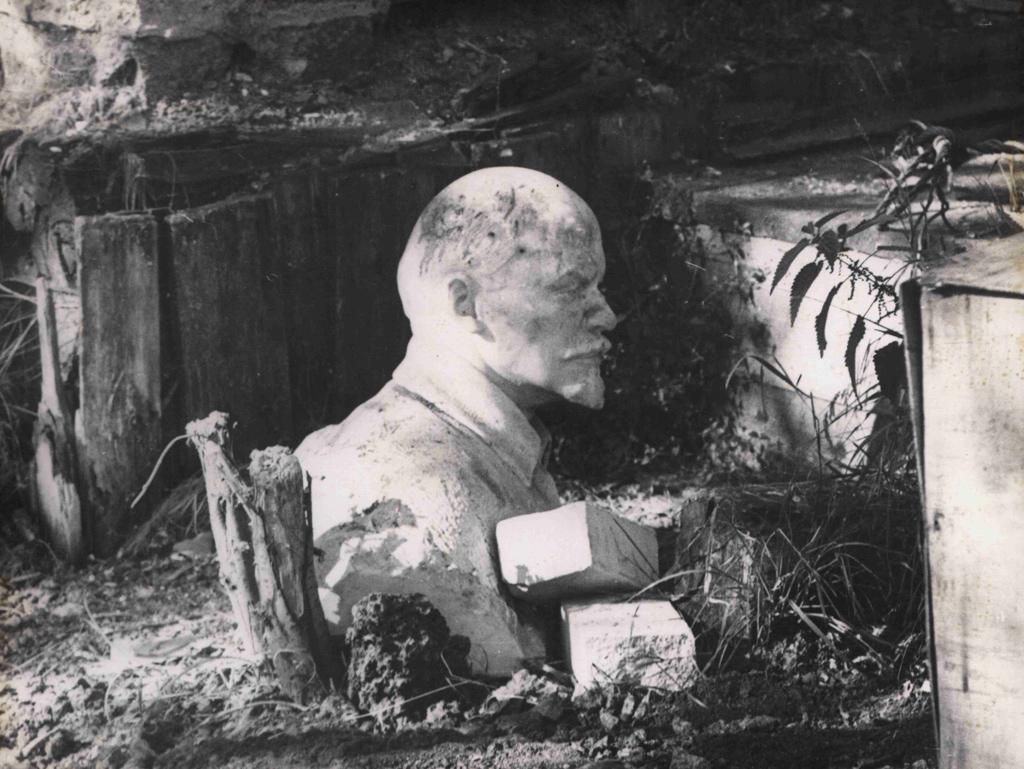 Бюст В. И. Ленина насвалке вАрхангельске. 6 сентября 1990г. Фото В. В. Зыкина
