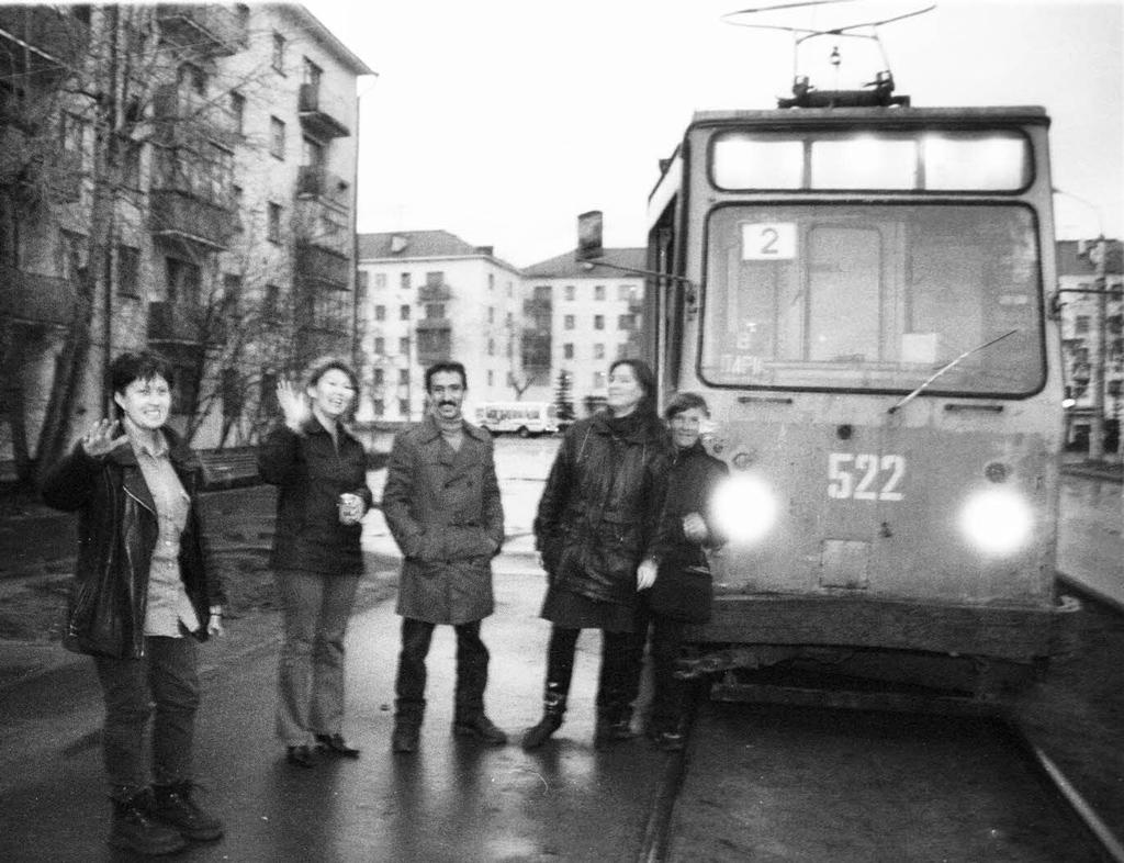 Трамвай последний раз едет поТроицкому проспекту Архангельска поздним вечером 11мая 2003 года. После этого трамвайное движение было закрыто. Фото П. Кононова