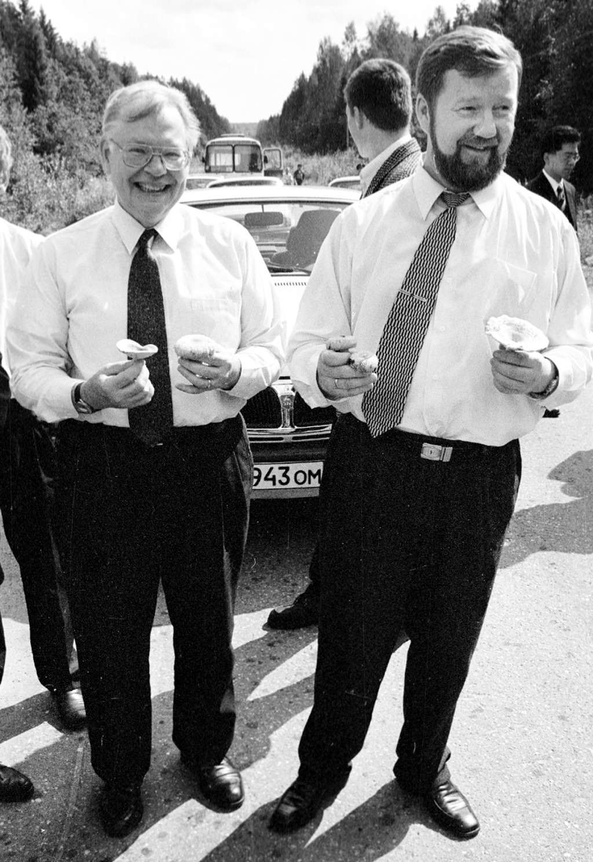 На100-летие райцентра ижелезнодорожного узла Коноша губернатор Анатолий Ефремов пригласил посла США вРФДжеймса Коллинза. 1998г. Фото П. Кононова