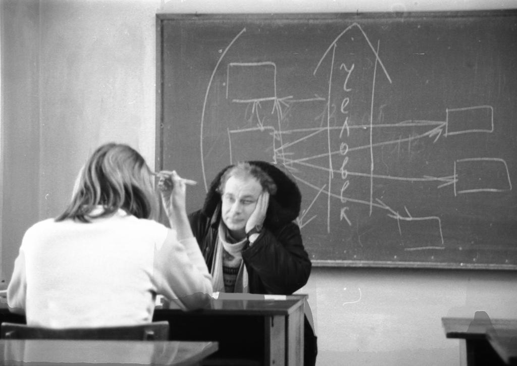 Юрий Арсенов принимает экзамен. Несмотря нахолод, преподаватели ПГУ продолжают принимать экзамены, неснимая ваудиториях верхней одежды. 1999г.