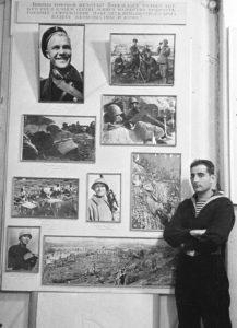 Роберт Львович Диамент в1942году возле своей выставки