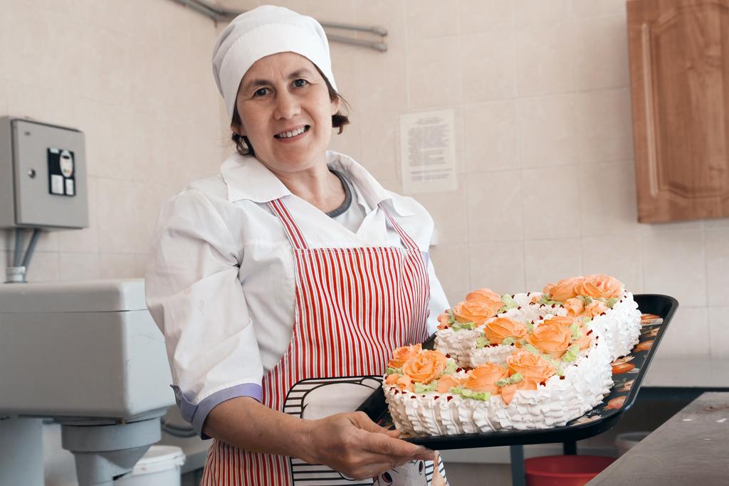 Мастер кондитерского цеха Валентина Корнилова. Вот такие торты цех печет на заказ!