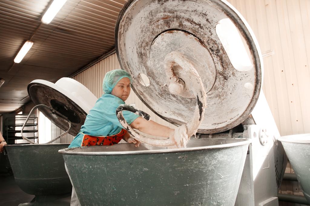 Пекарь Татьяна Лукьянова замесила опару на хлеб