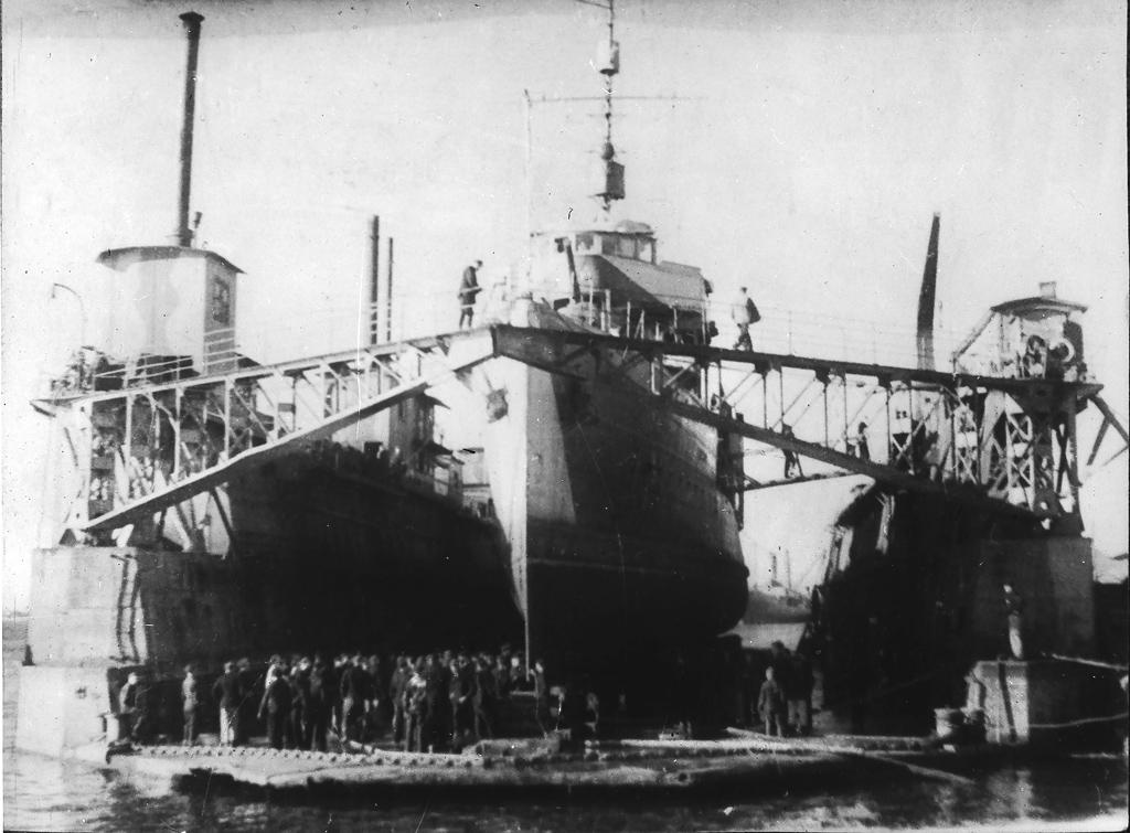 Боевой корабль вплавучем доке назаводе №402, г. Молотовск