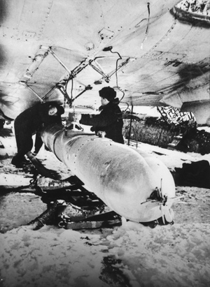 Самолет-торпедоносец авиации Северного флота готовится квылету