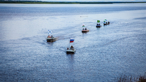 Парад катеров на празднике реки Мезени