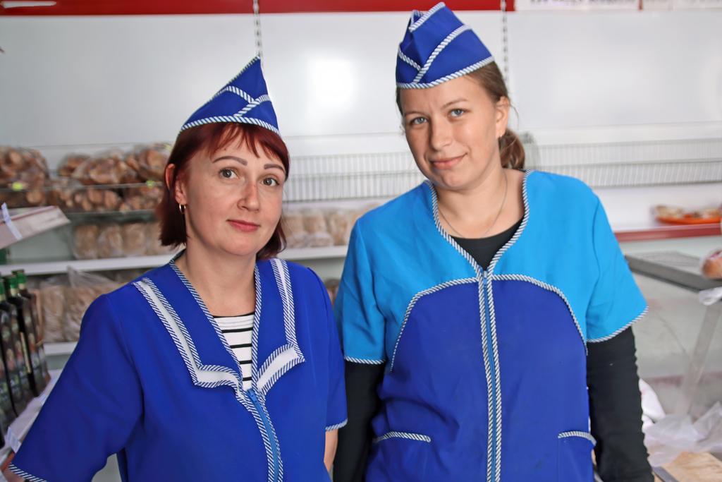 Продавцы магазина №1 Оксана Останина и Анна Алимова
