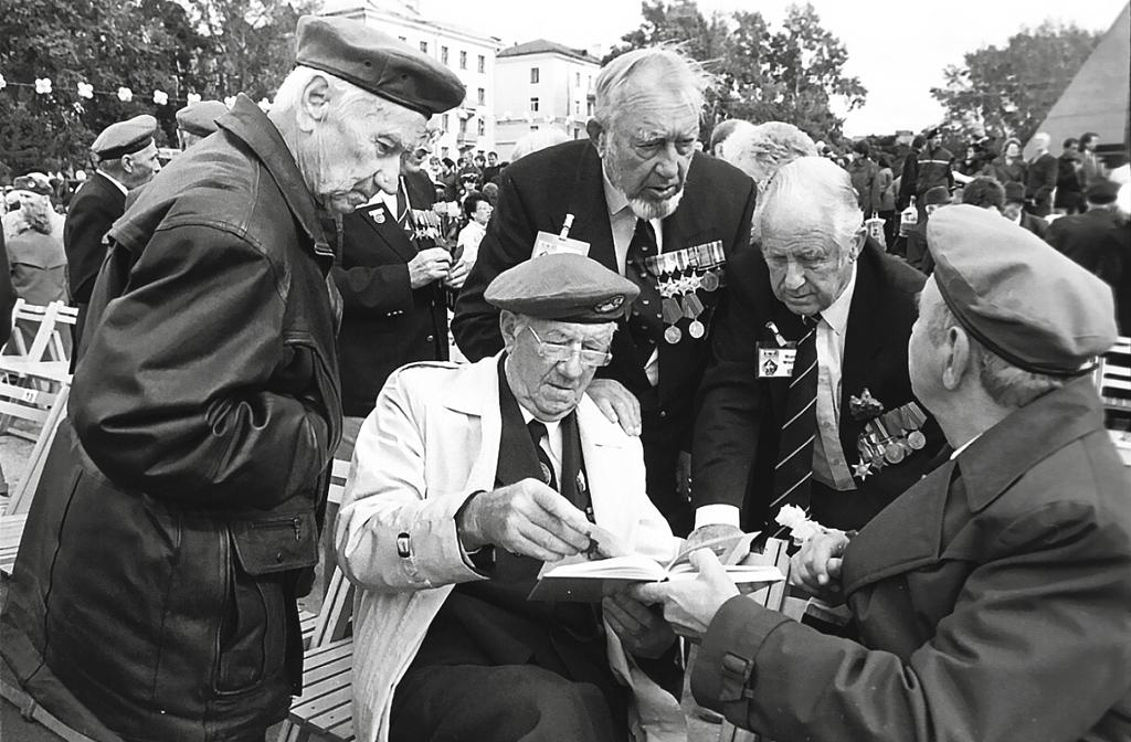 Встреча ветеранов наплощади Мира вАрхангельске. 2001год