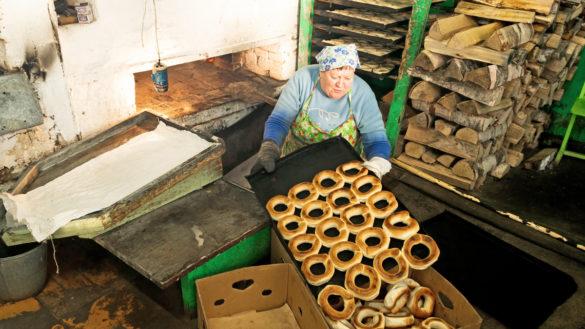Заведующая калачным цехом Валентина Иевлева готовит горячие калачи к отправке в магазины