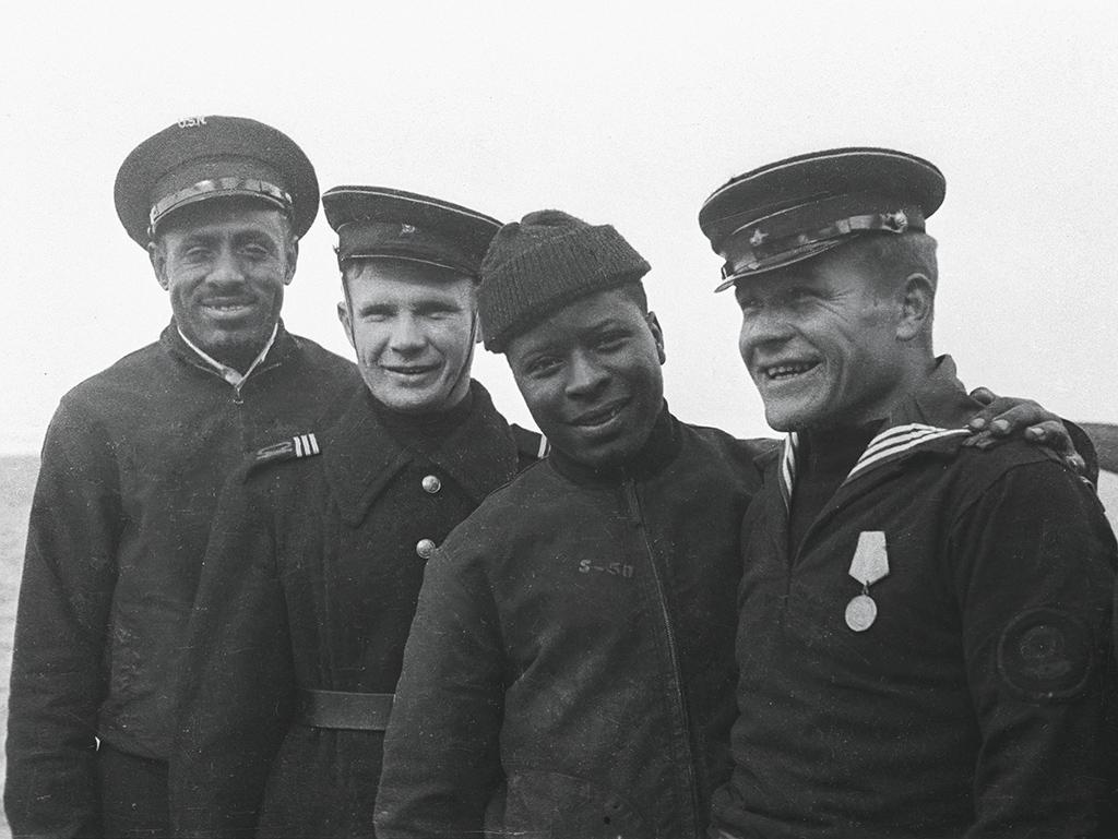 Друзья— cоветские иамериканские моряки напалубе крейсера Milwaukee. 1944год