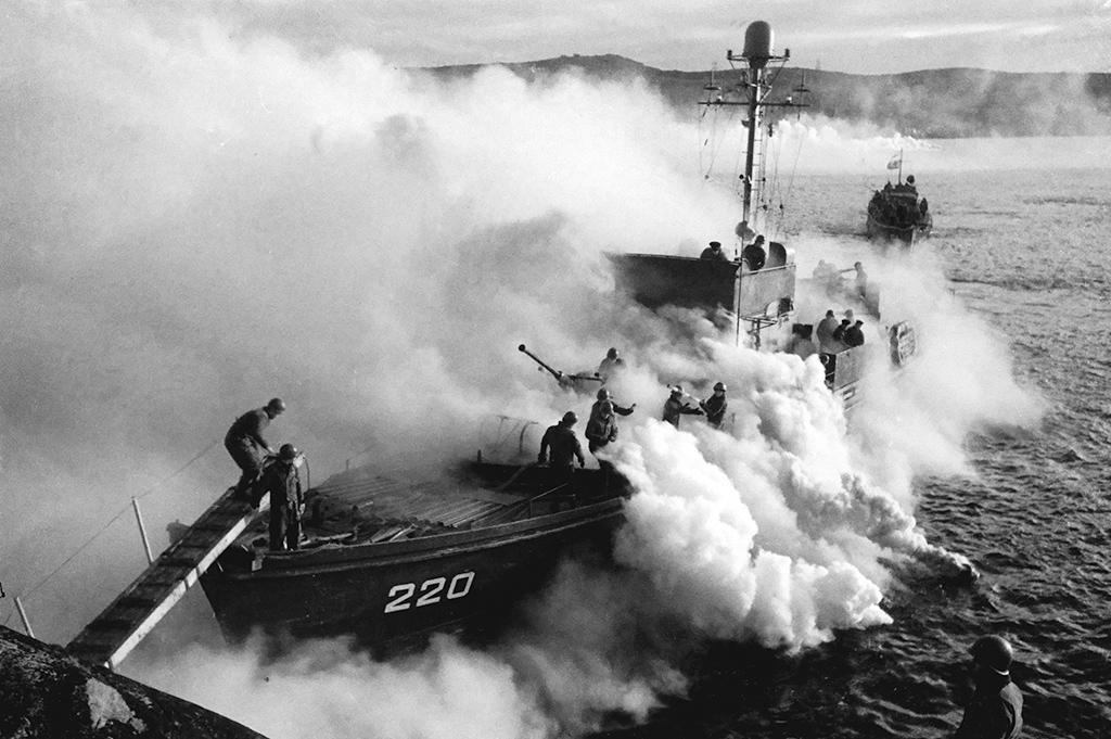 Катера морские охотники закончили высадку 63‑й бригады морской пехоты взаливе Маативуоно. 1944год