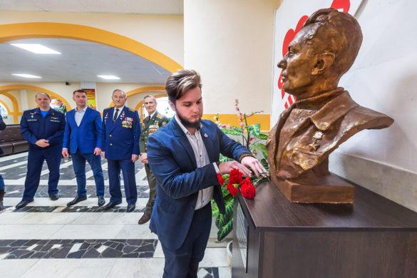 Торжественная церемония открытия бюста Ивану Черевичному вархангельской школе №45