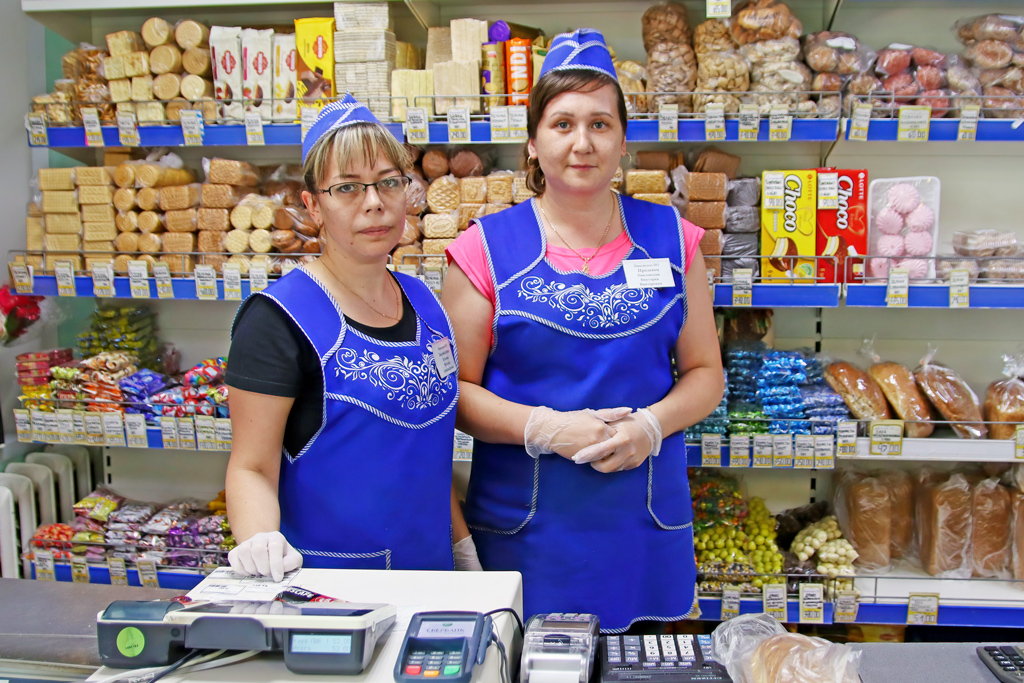 Единственный вПинеге магазин, который работает через прилавок: заведующая Наталья Кутьина ипродавец Виктория Павловская
