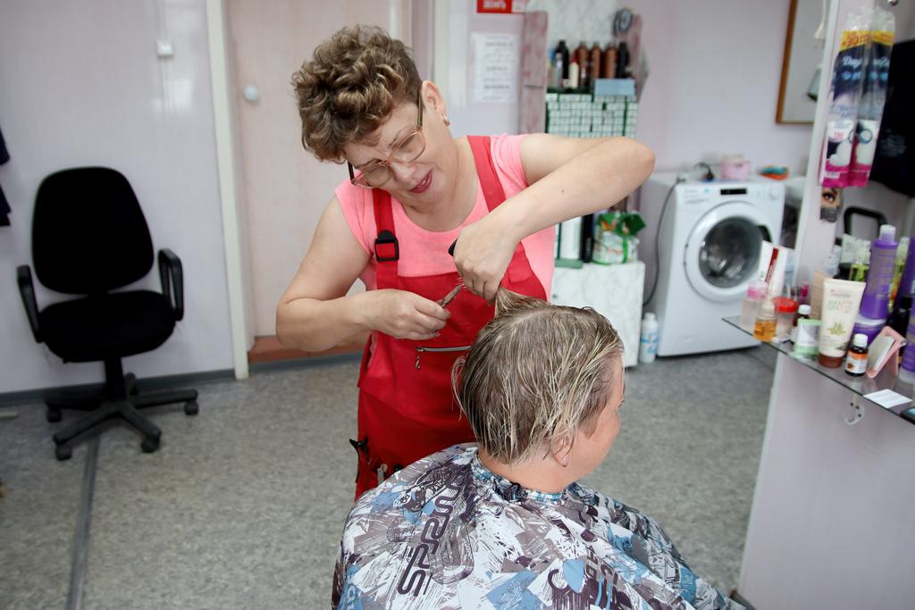 Впарикмахерской работают два мастера— Евгения Валькова иЕлена Бабурина. УЕлены Ивановны (нафото) трудовой стаж— 32года, Ивсе— наодном месте