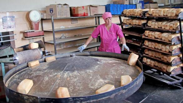 Летом хлебозавод выпускает по тысяче буханок хлеба в день