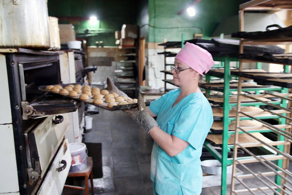 Кондитер Марина Федулова проверяет, готовы ли пряники