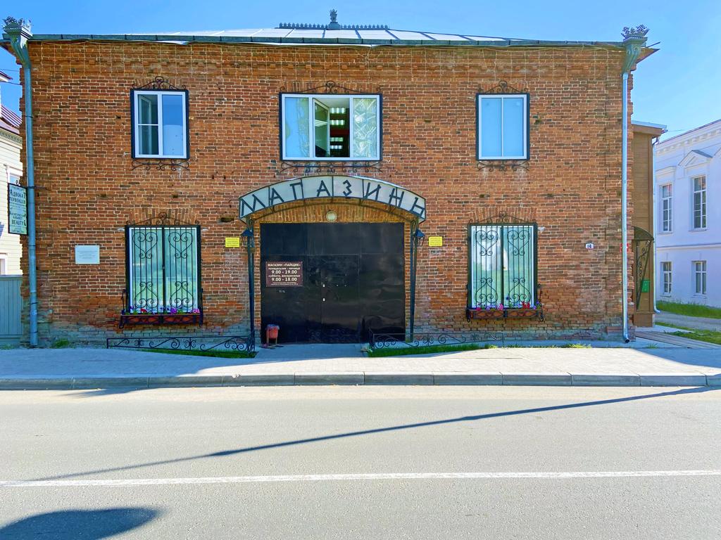 Магазин «Пайщик» расположен встаром каменном двухэтажном здании бывшей торговой лавки— разрешение наее строительство было дано в1913году. Понекоторым сведениям, здесь располагался большой рыбный магазин, ав1930‑х годах находился торгсин, где можно было обменять золотые вещи напродукты