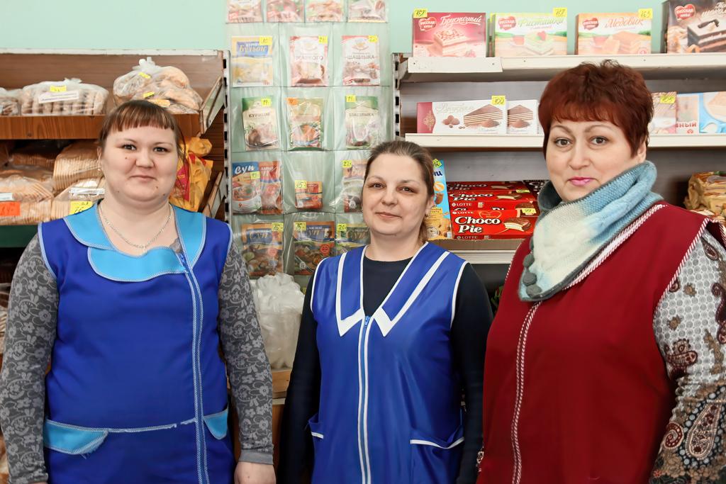 Заведующая магазином Катерина Марфина (справа), продавцы Анна Соснина и Любовь Асанова