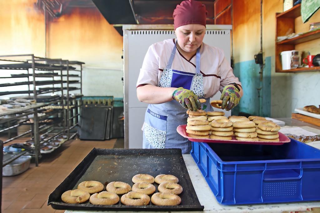 Экспедитор кондитерского цеха Нина Дроздова готовит к отправке в магазины мезенские калачи