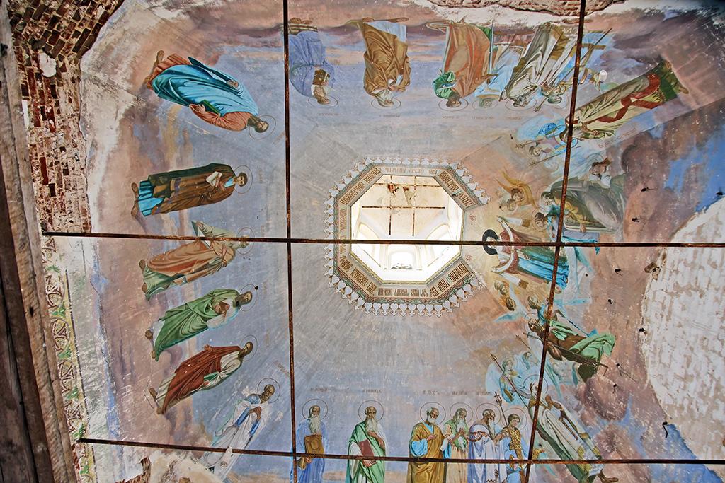 Каменная Покровская церковь вдеревне Исаковской (Корнилово) построена в1808году. Внутри хорошо сохранились очень красивые росписи, нокирпичная кладка скаждым годом разрушается все больше ибольше